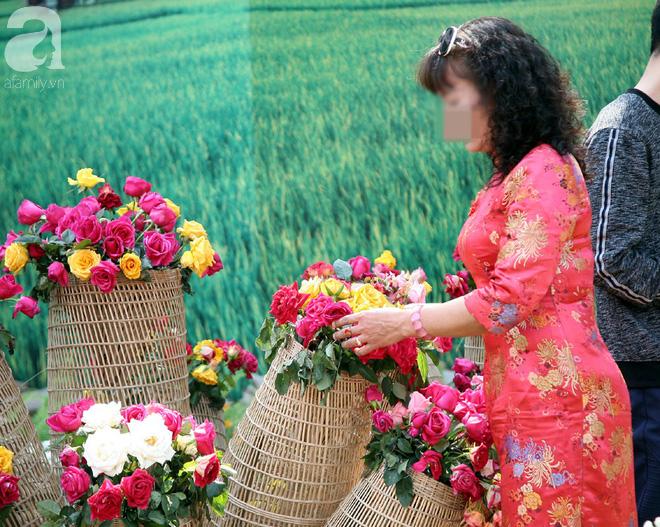 Lễ hội hoa hồng Bulgaria 2018: Khách vô tư vượt rào, vít hoa để chụp ảnh bất chấp biển cấm - Ảnh 13.