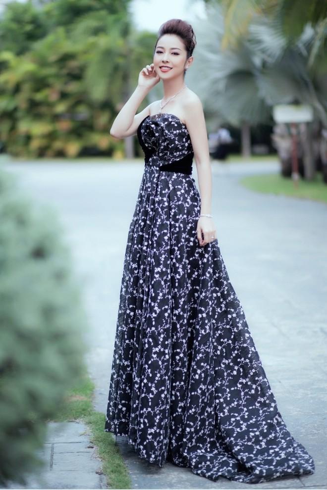 Cùng chọn kiểu tóc búi khi diện váy cúp ngực, Jennifer Phạm sang trọng, trong khi Nhã Phương lại xinh đẹp như một nàng công chúa - Ảnh 1.