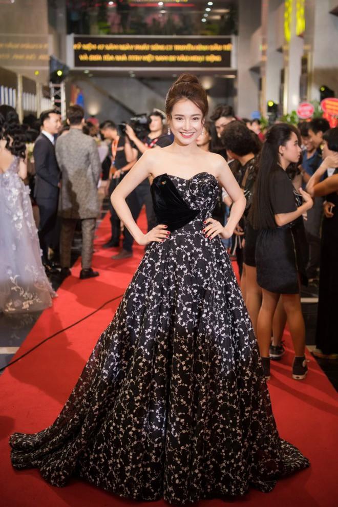 Cùng chọn kiểu tóc búi khi diện váy cúp ngực, Jennifer Phạm sang trọng, trong khi Nhã Phương lại xinh đẹp như một nàng công chúa - Ảnh 5.