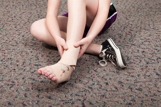Không may bị gãy xương, bạn cần làm ngay điều này nếu không muốn gặp biến chứng nguy hiểm - Ảnh 2.