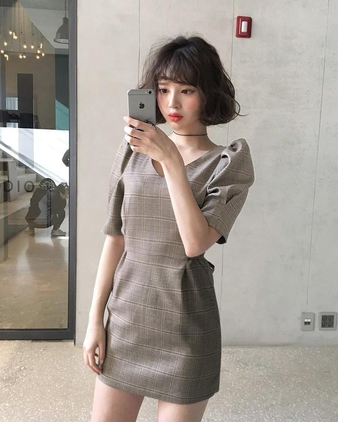 Trong loạt kiểu váy kẻ đang hot dịp đầu hè 2018, váy sơ mi vẫn là món đồ dễ mặc và luôn đẹp - Ảnh 7.
