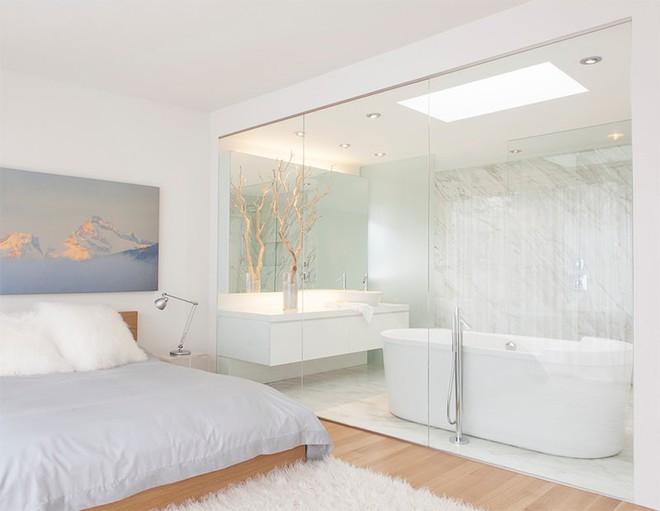18 kiểu phòng tắm tích hợp phòng ngủ đẹp không khác gì khách sạn - Ảnh 2.
