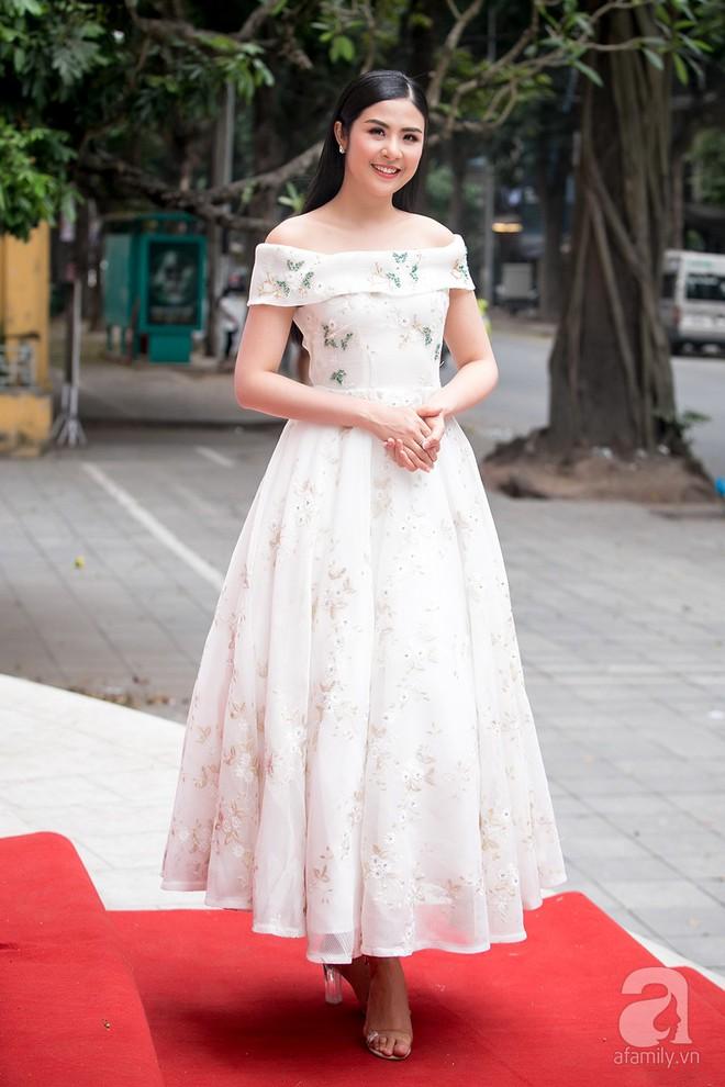 Hoa hậu Ngọc Hân: Tôi không muốn con mình bị hào quang sân khấu làm lu mờ ánh sáng tuổi thơ - Ảnh 2.