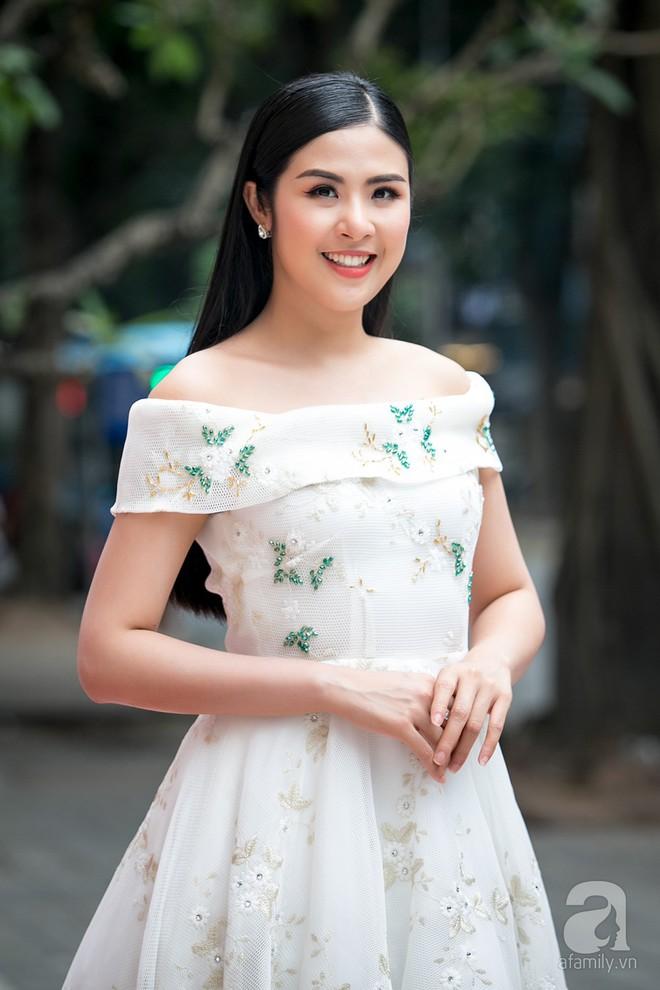 Hoa hậu Ngọc Hân: Tôi không muốn con mình bị hào quang sân khấu làm lu mờ ánh sáng tuổi thơ - Ảnh 3.