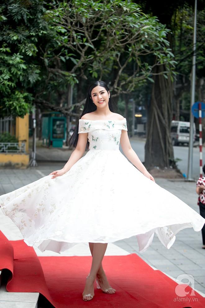 Hoa hậu Ngọc Hân: Tôi không muốn con mình bị hào quang sân khấu làm lu mờ ánh sáng tuổi thơ - Ảnh 1.