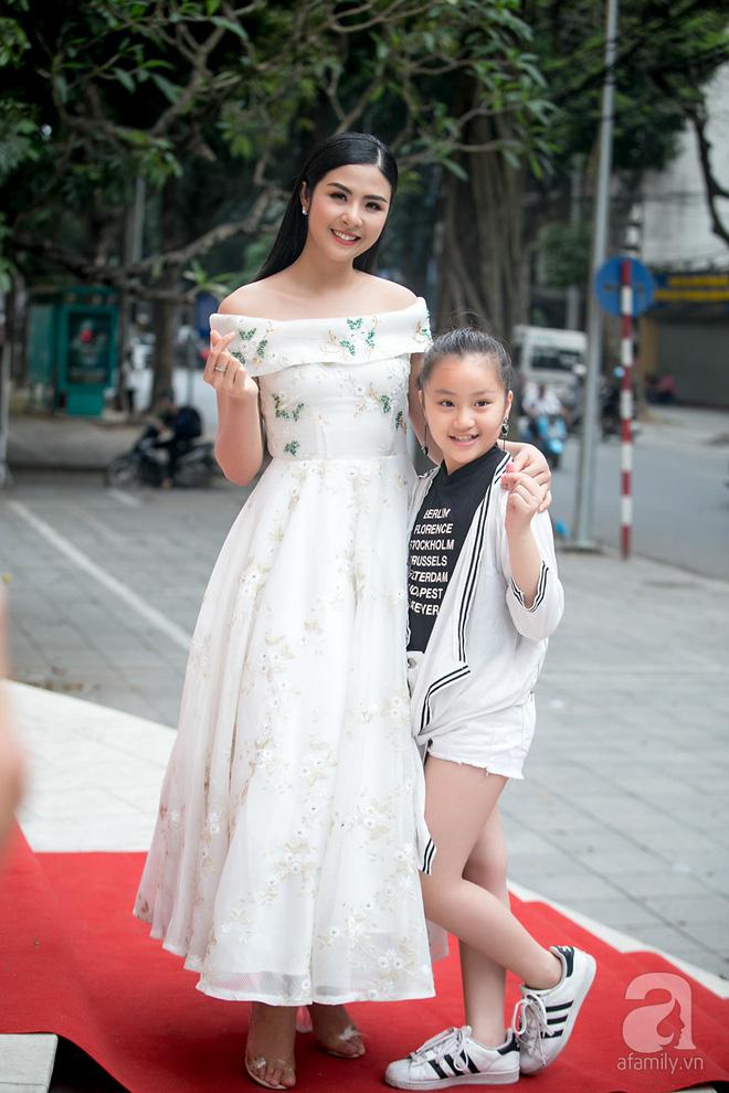 Hoa hậu Ngọc Hân: Tôi không muốn con mình bị hào quang sân khấu làm lu mờ ánh sáng tuổi thơ - Ảnh 5.