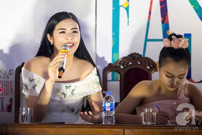 Hoa hậu Ngọc Hân: Tôi không muốn con mình bị hào quang sân khấu làm lu mờ ánh sáng tuổi thơ - Ảnh 6.