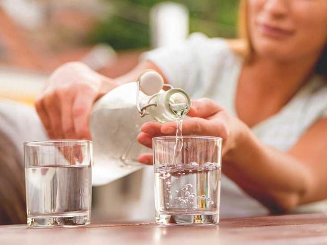 Hãy quên việc uống 8 ly nước mỗi ngày đi bởi các chuyên gia đã cảnh báo điều này có thể gây nguy hiểm cho bạn - Ảnh 2.