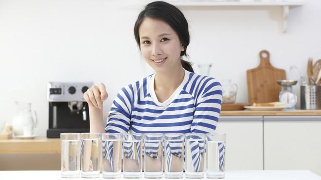 Hãy quên việc uống 8 ly nước mỗi ngày đi bởi các chuyên gia đã cảnh báo điều này có thể gây nguy hiểm cho bạn - Ảnh 1.