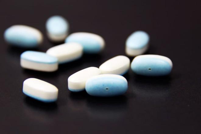 Cô gái 24 tuổi ở Anh phải nhập viện vì viêm tụy do sử dụng sai thuốc trị mụn - Ảnh 2.