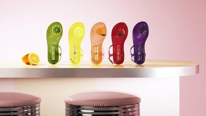 Có gì thú vị mà đôi sandals nhựa trong của Katy Perry lại có giá hơn 1 triệu đồng - Ảnh 3.