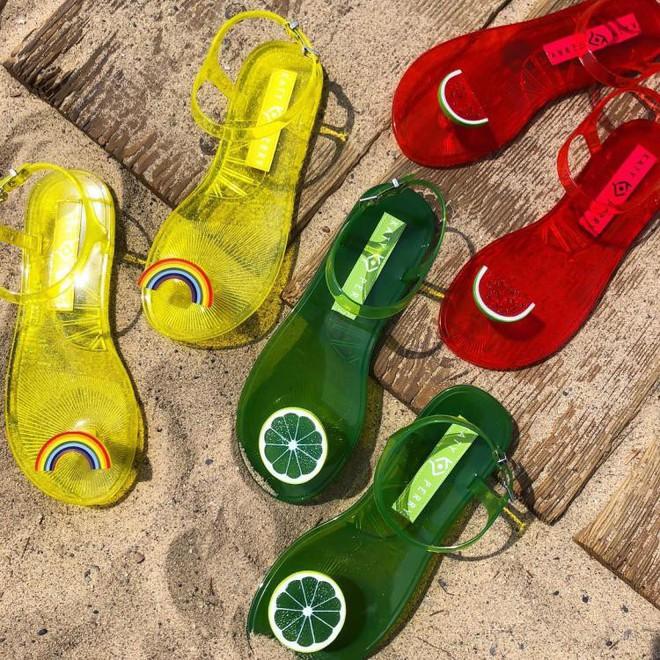 Có gì thú vị mà đôi sandals nhựa trong của Katy Perry lại có giá hơn 1 triệu đồng - Ảnh 4.