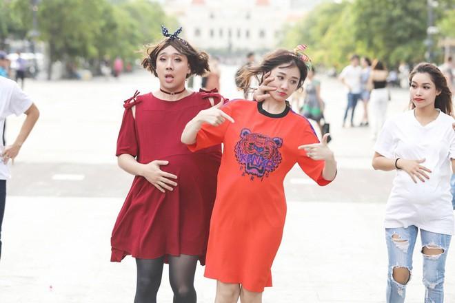 Trấn Thành, Trường Giang, Hoa hậu Kỳ Duyên, Hương Giang bất ngờ vác bụng bầu vượt mặt làm náo loạn đường phố - Ảnh 4.