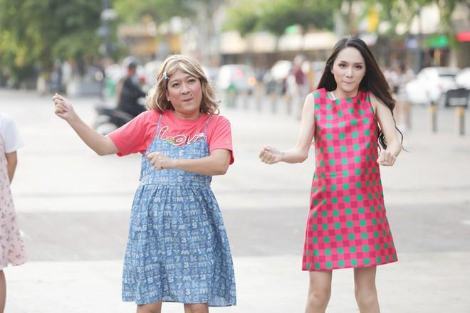 Trấn Thành, Trường Giang, Hoa hậu Kỳ Duyên, Hương Giang bất ngờ vác bụng bầu vượt mặt làm náo loạn đường phố - Ảnh 5.