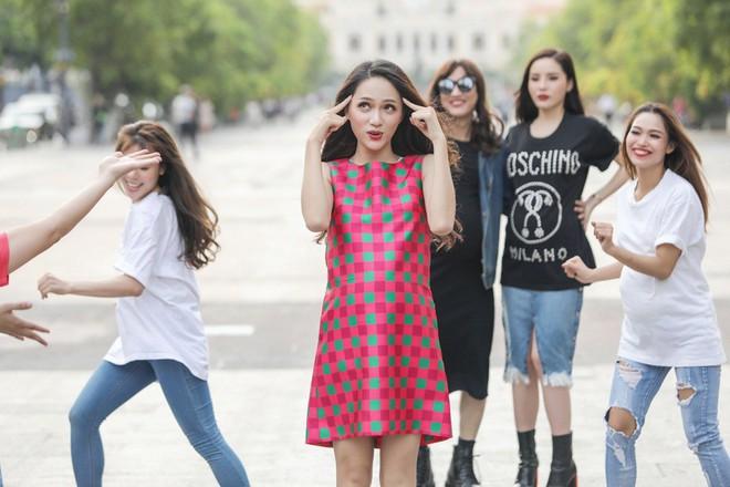 Trấn Thành, Trường Giang, Hoa hậu Kỳ Duyên, Hương Giang bất ngờ vác bụng bầu vượt mặt làm náo loạn đường phố - Ảnh 7.