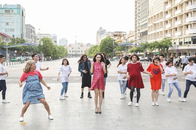Trấn Thành, Trường Giang, Hoa hậu Kỳ Duyên, Hương Giang bất ngờ vác bụng bầu vượt mặt làm náo loạn đường phố - Ảnh 8.