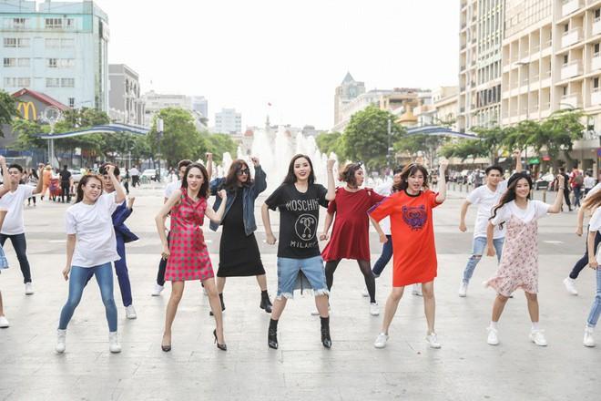 Trấn Thành, Trường Giang, Hoa hậu Kỳ Duyên, Hương Giang bất ngờ vác bụng bầu vượt mặt làm náo loạn đường phố - Ảnh 9.