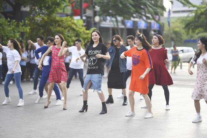 Trấn Thành, Trường Giang, Hoa hậu Kỳ Duyên, Hương Giang bất ngờ vác bụng bầu vượt mặt làm náo loạn đường phố - Ảnh 10.