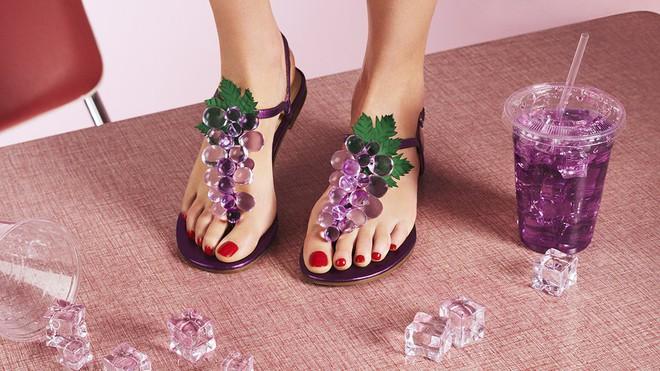 Có gì thú vị mà đôi sandals nhựa trong của Katy Perry lại có giá hơn 1 triệu đồng - Ảnh 6.