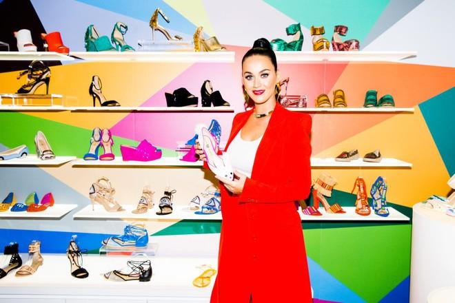 Có gì thú vị mà đôi sandals nhựa trong của Katy Perry lại có giá hơn 1 triệu đồng - Ảnh 1.