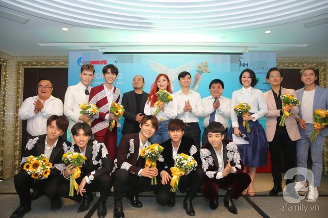 Hà Anh Tuấn hào hứng cùng thế hệ đàn em hát cho sinh viên giữa phố đi bộ - Ảnh 1.