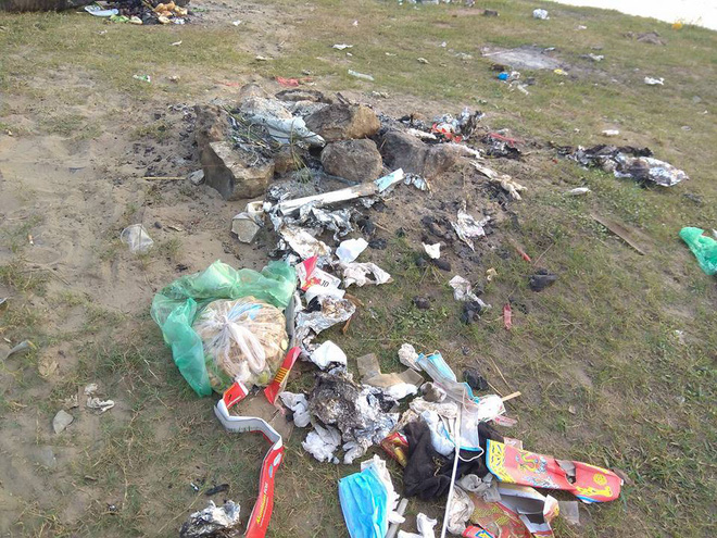 Thanh niên đi thăm mộ chó cưng ở bãi sông Hồng, phát hiện ra mộ biến thành bếp nướng thịt và xung quanh toàn là rác - Ảnh 1.