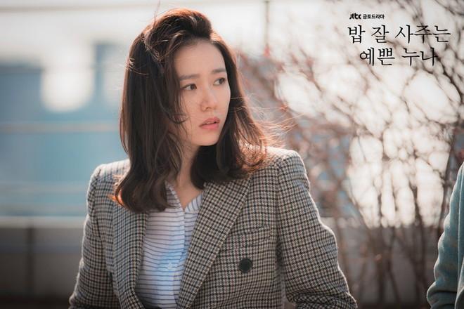 2 mỹ nhân cùng tuổi Son Ye Jin và Han Ga In: Nữ thần U40 vẫn chưa chịu kết hôn và nàng ngọc nữ sớm theo chồng nhưng không bỏ cuộc chơi - Ảnh 3.