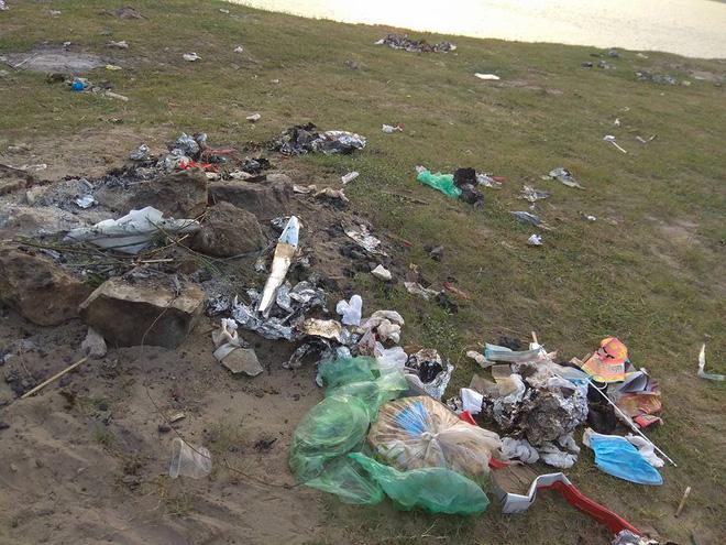Thanh niên đi thăm mộ chó cưng ở bãi sông Hồng, phát hiện ra mộ biến thành bếp nướng thịt và xung quanh toàn là rác - Ảnh 7.