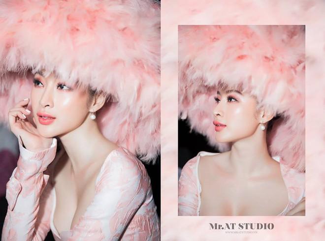 Chặt chém thảm đỏ bằng chiếc mũ lông to bự, nhưng ý tưởng này của Angela Phương Trinh lại nhìn quen quá đi thôi  - Ảnh 3.