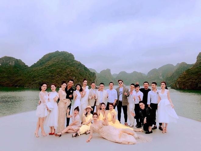 Minh Triệu ôm cả mèo cưng trình diễn, Phạm Hương thả bồ câu kết màn trong show thời trang của NTK Lê Thanh Hòa - Ảnh 3.