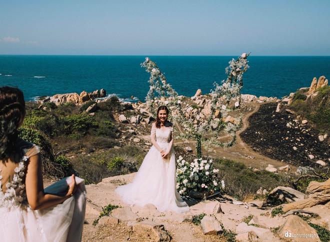 Đám cưới đẹp như mơ bên bờ biển của cặp đôi đồng tính nữ từng là tình địch khi yêu chung một cô gái - Ảnh 9.