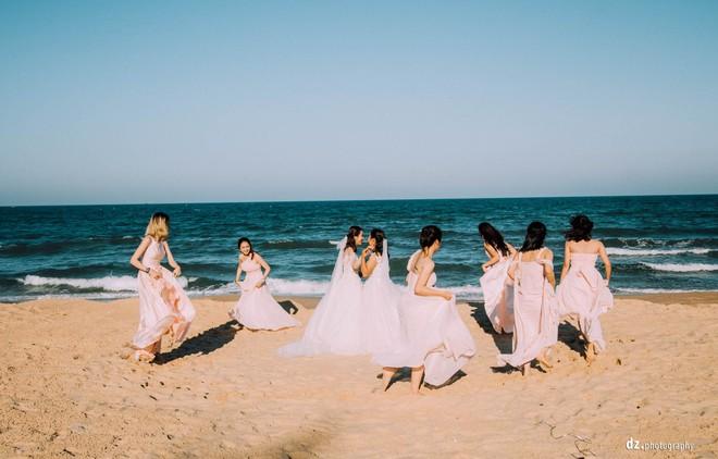 Đám cưới đẹp như mơ bên bờ biển của cặp đôi đồng tính nữ từng là tình địch khi yêu chung một cô gái - Ảnh 3.