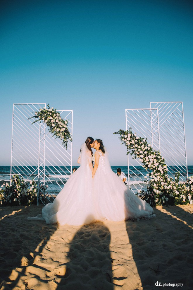 Đám cưới đẹp như mơ bên bờ biển của cặp đôi đồng tính nữ từng là tình địch khi yêu chung một cô gái - Ảnh 17.