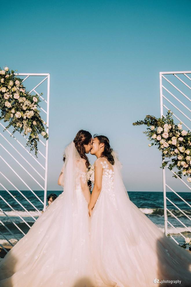 Đám cưới đẹp như mơ bên bờ biển của cặp đôi đồng tính nữ từng là tình địch khi yêu chung một cô gái - Ảnh 16.