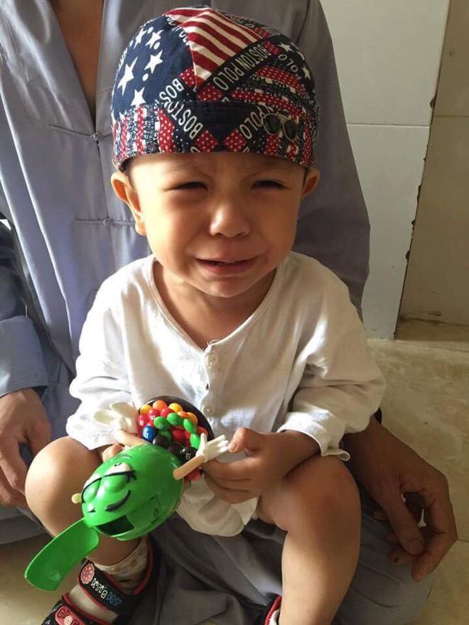 Tiền Giang: Xót cảnh bé trai 3 tuổi khóc ngất đòi mẹ sau khi bị mẹ bỏ rơi trước cổng chùa - Ảnh 3.