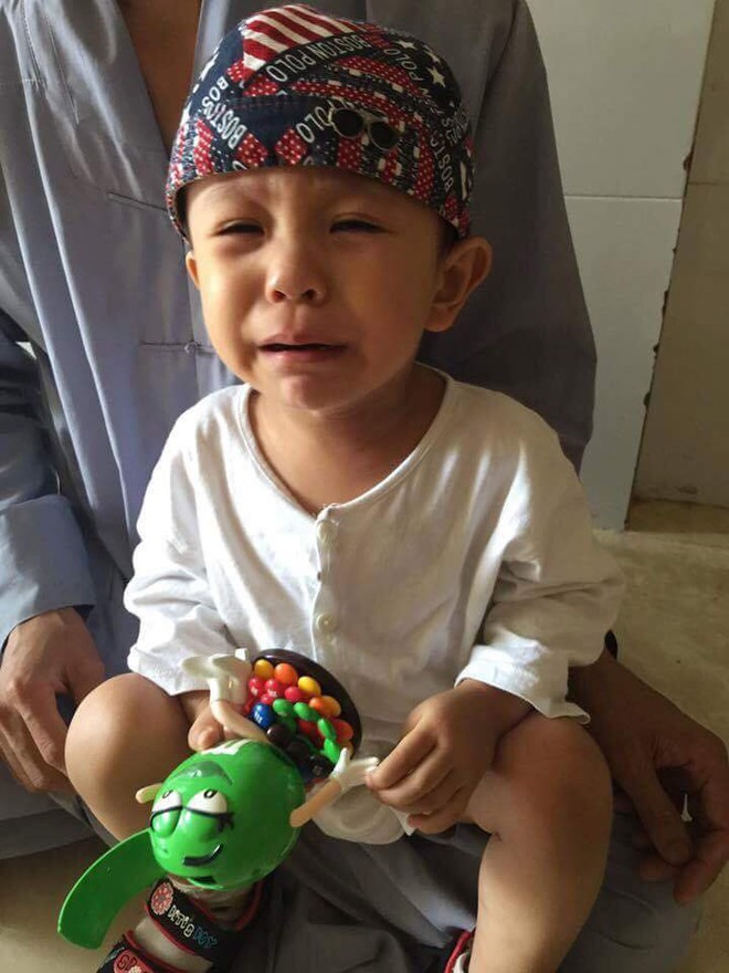 Tiền Giang: Xót cảnh bé trai 3 tuổi khóc ngất đòi mẹ sau khi bị mẹ bỏ rơi trước cổng chùa - Ảnh 1.