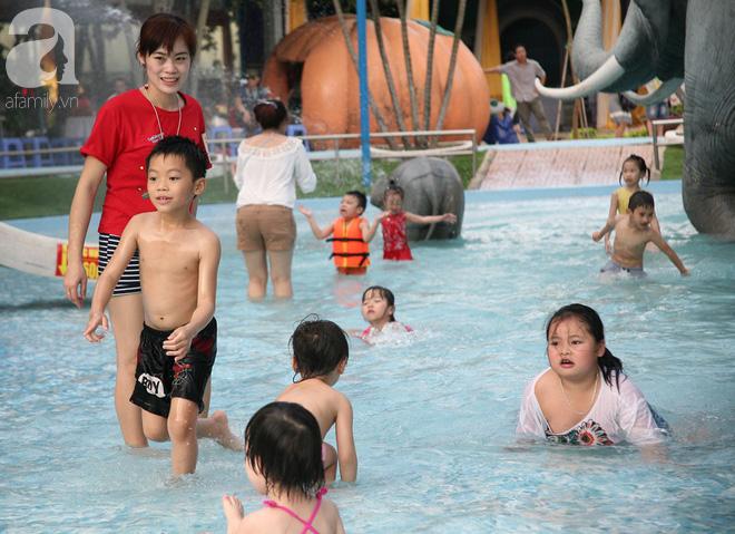 CV nước Hồ Tây giảm vé kịch sàn, hơn 1 vạn người đổ đến tắm ngày Hà Nội nóng nực - Ảnh 9.