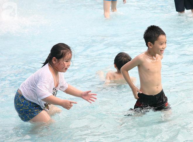CV nước Hồ Tây giảm vé kịch sàn, hơn 1 vạn người đổ đến tắm ngày Hà Nội nóng nực - Ảnh 10.
