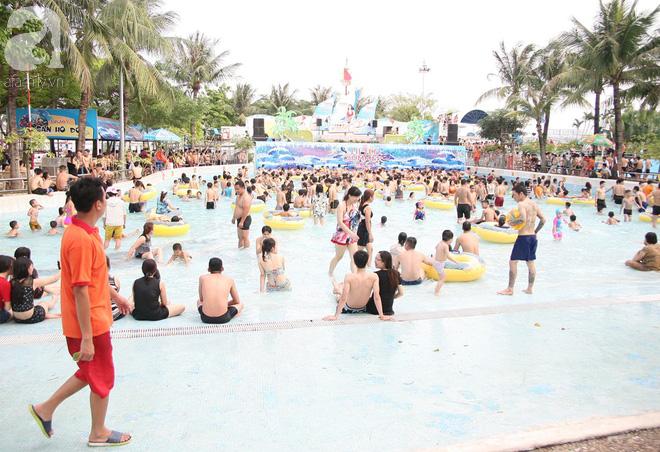 CV nước Hồ Tây giảm vé kịch sàn, hơn 1 vạn người đổ đến tắm ngày Hà Nội nóng nực - Ảnh 1.