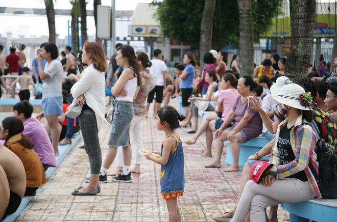 CV nước Hồ Tây giảm vé kịch sàn, hơn 1 vạn người đổ đến tắm ngày Hà Nội nóng nực - Ảnh 4.