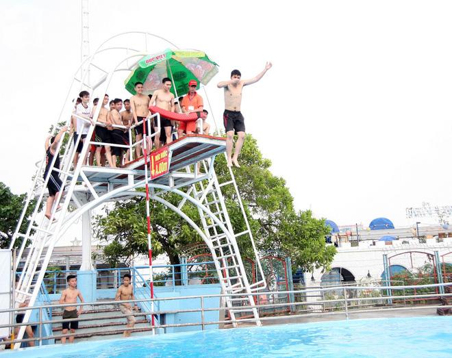 CV nước Hồ Tây giảm vé kịch sàn, hơn 1 vạn người đổ đến tắm ngày Hà Nội nóng nực - Ảnh 14.