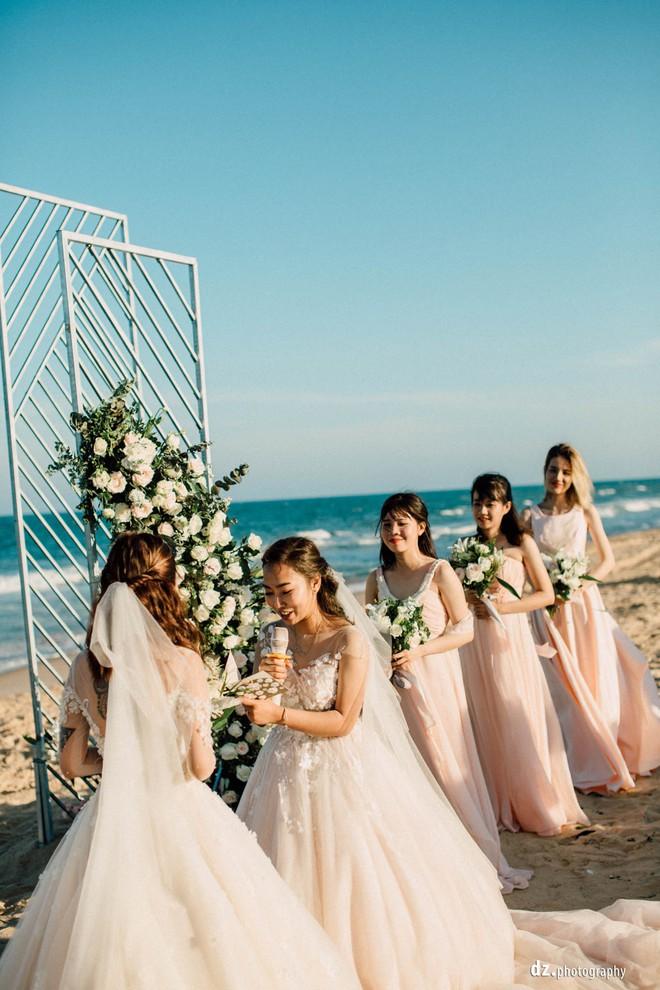 Đám cưới đẹp như mơ bên bờ biển của cặp đôi đồng tính nữ từng là tình địch khi yêu chung một cô gái - Ảnh 15.