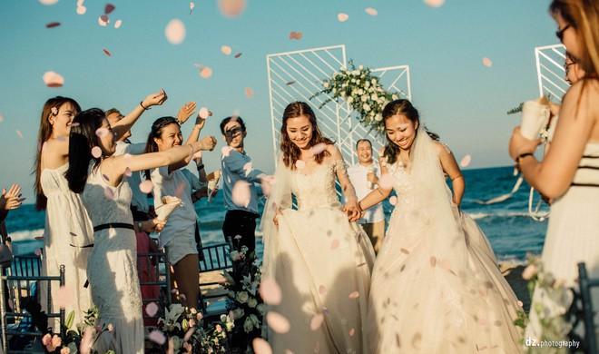 Đám cưới đẹp như mơ bên bờ biển của cặp đôi đồng tính nữ từng là tình địch khi yêu chung một cô gái - Ảnh 14.