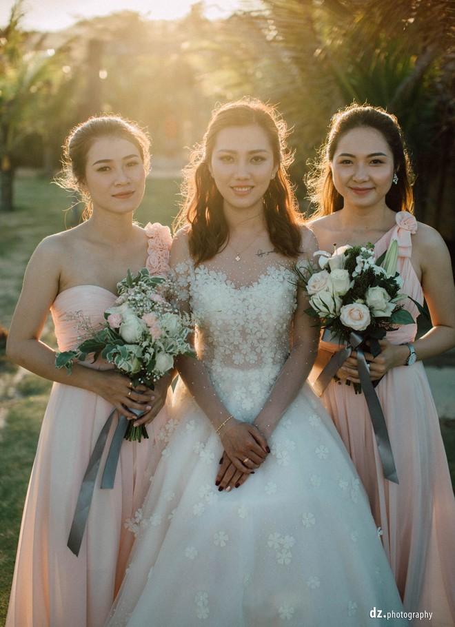 Đám cưới đẹp như mơ bên bờ biển của cặp đôi đồng tính nữ từng là tình địch khi yêu chung một cô gái - Ảnh 10.