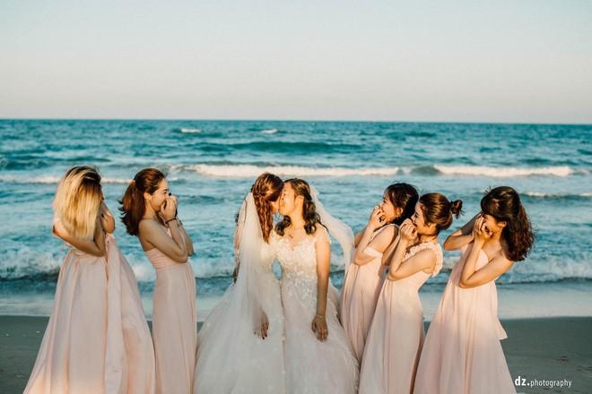 Đám cưới đẹp như mơ bên bờ biển của cặp đôi đồng tính nữ từng là tình địch khi yêu chung một cô gái - Ảnh 13.