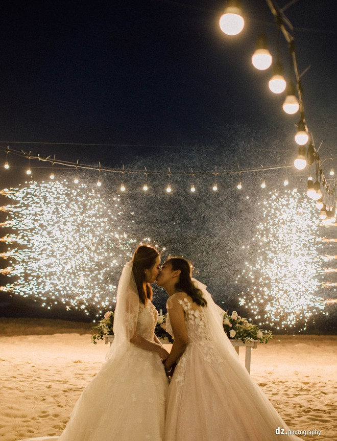 Đám cưới đẹp như mơ bên bờ biển của cặp đôi đồng tính nữ từng là tình địch khi yêu chung một cô gái - Ảnh 18.