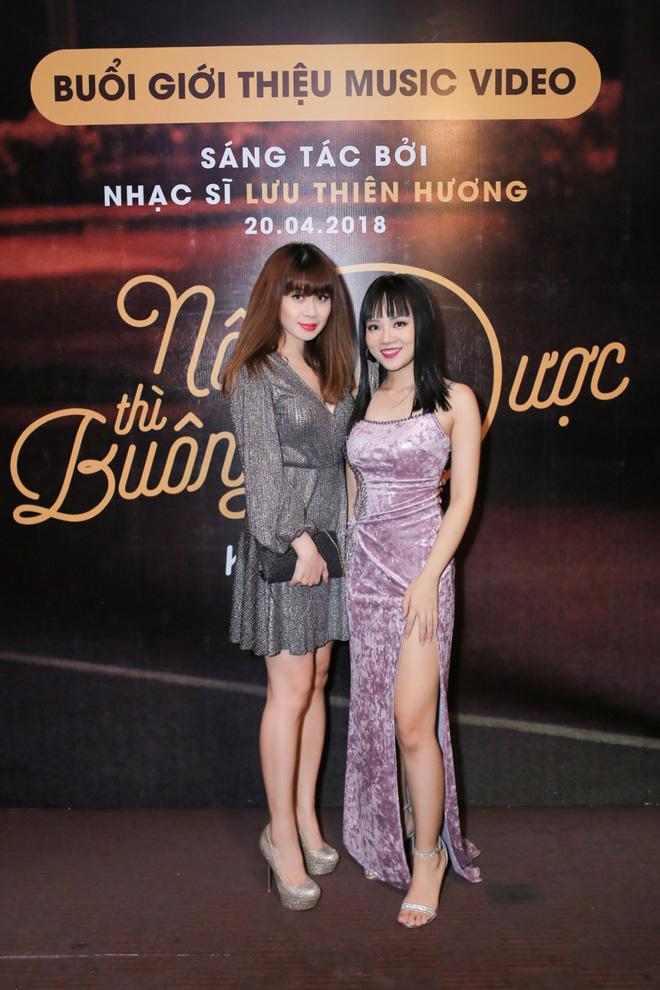 Lưu Thiên Hương lái xế hộp tiền tỷ tham dự buổi ra mắt MV của học trò - Ảnh 1.