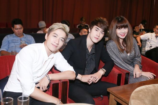 Lưu Thiên Hương lái xế hộp tiền tỷ tham dự buổi ra mắt MV của học trò - Ảnh 6.
