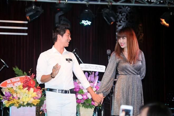 Lưu Thiên Hương lái xế hộp tiền tỷ tham dự buổi ra mắt MV của học trò - Ảnh 5.