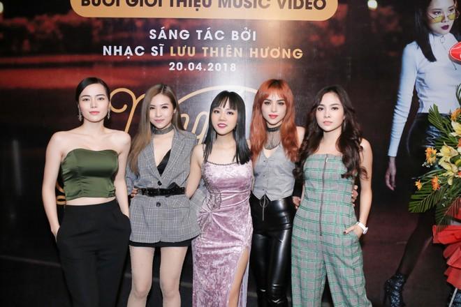 Lưu Thiên Hương lái xế hộp tiền tỷ tham dự buổi ra mắt MV của học trò - Ảnh 4.